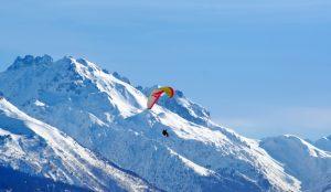 Parapentiste dans les Alpes enneigées