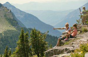 Trois personnes en montagne